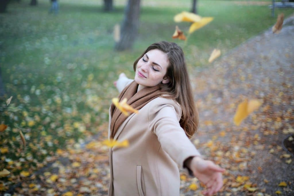 Femme heureuse forêt